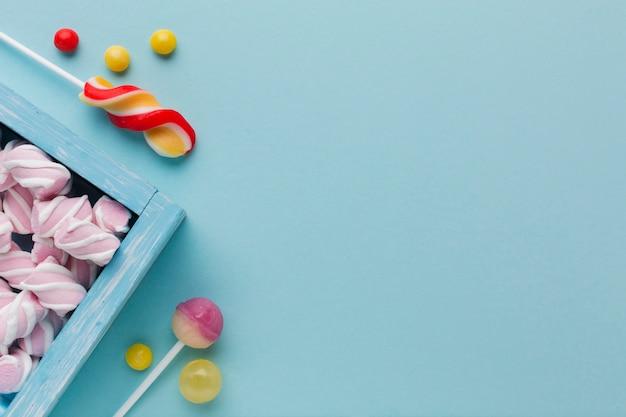 Marshmallow e dolci con spazio di copia