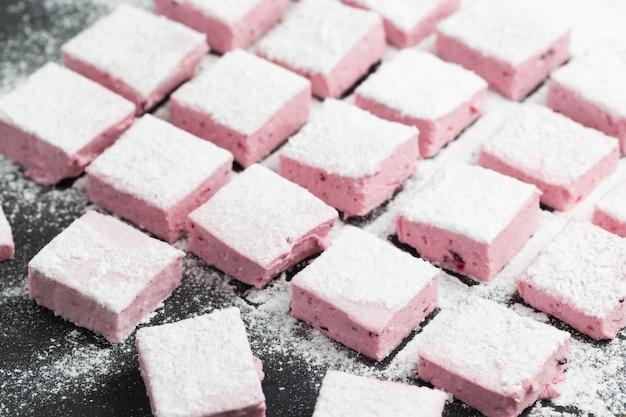 Marshmallow fatti in casa lampone con zucchero a velo