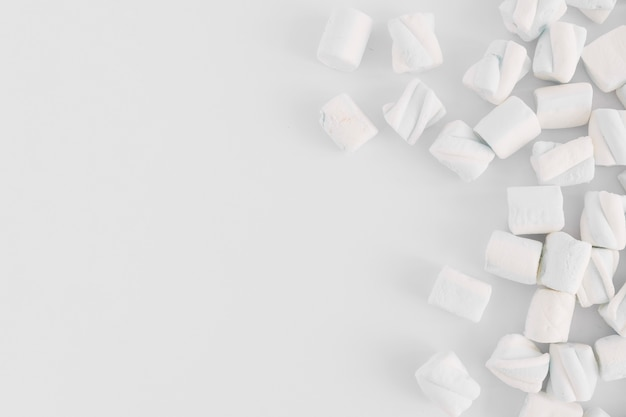 Marshmallow morbido sul tavolo luminoso