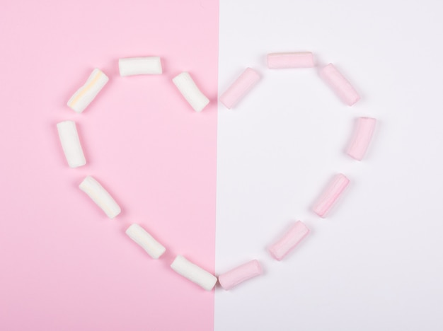 Marshmallow rosa e bianco che formano un cuore