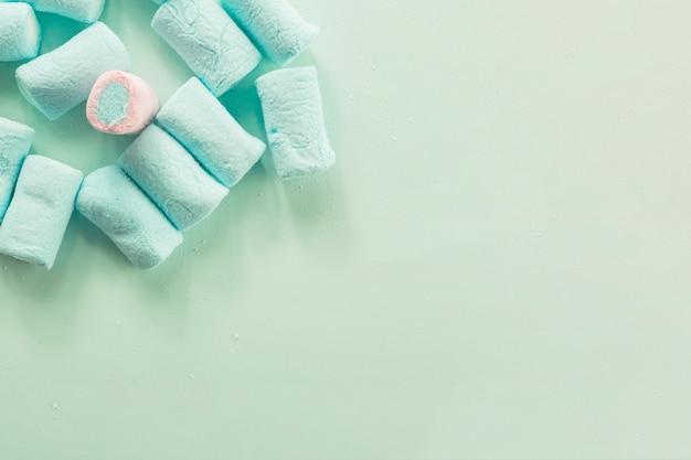Marshmallow rosa in mezzo al blu