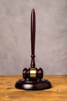 Martelletto del giudice a tutto campo con il suo blocco sorprendente