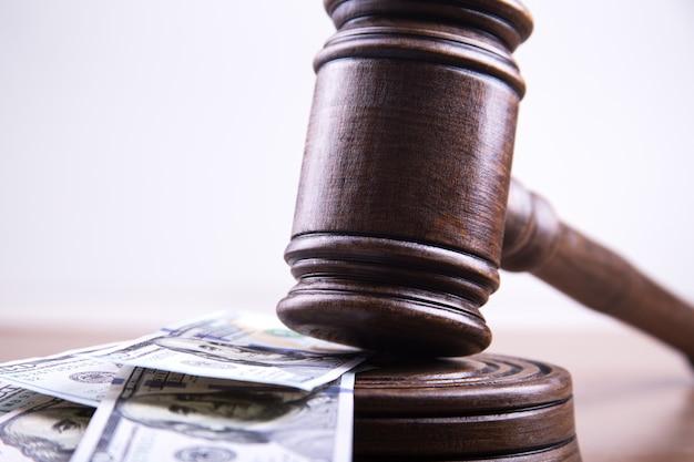 Martelletto del giudice, banconote in dollari americani come business concept, corruzione finanziaria, deposito in contanti.