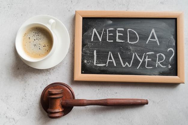 Martelletto del giudice con lavagna e caffè