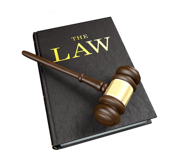Martelletto del giudice di legno sul libro di legge su fondo bianco