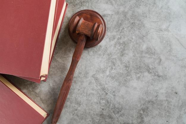 Martelletto del giudice di vista dall'alto con libri
