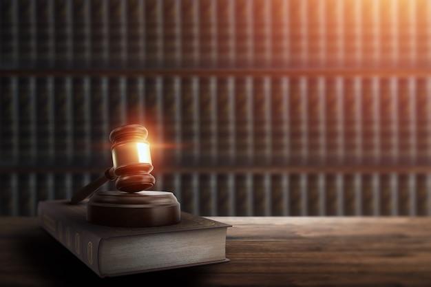 Martelletto del giudice e un libro su un tavolo di legno