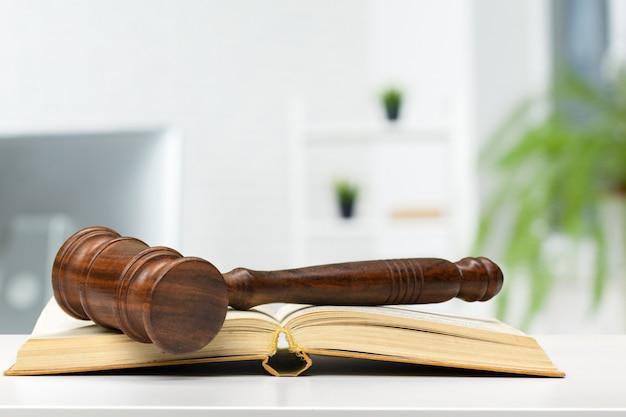 Martelletto del giudice in legno sul tavolo