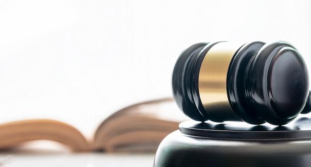 Martelletto del giudice in legno, vista ravvicinata.
