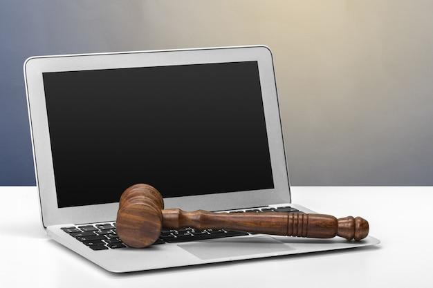 Martelletto del giudice su sfondo chiaro, vista frontale. concetto di legge