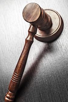 Martelletto del giudice su sfondo nero