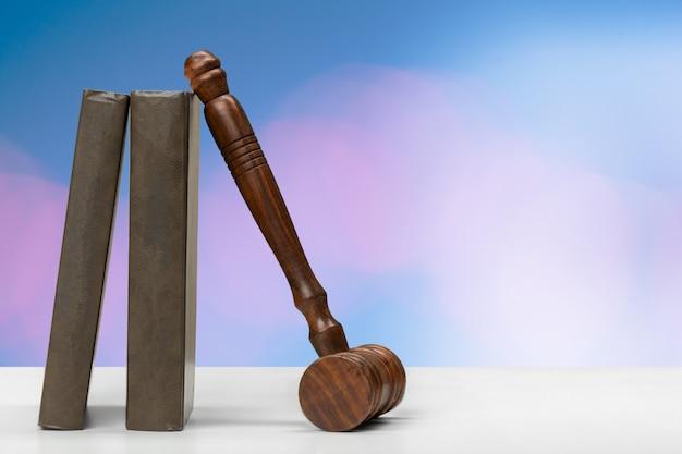 Martelletto del giudice su sfondo sfumato