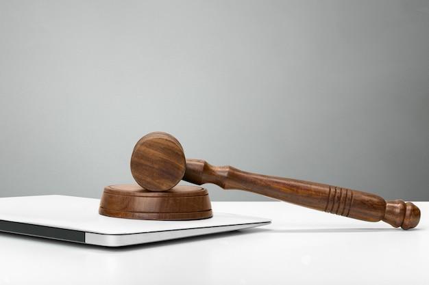 Martelletto del giudice sulla luce, vista frontale. legge