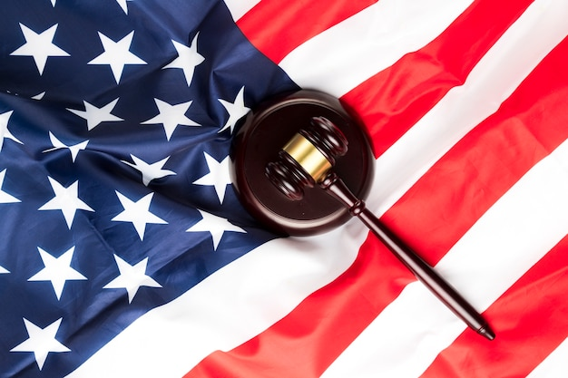 Martelletto del giudice vista dall'alto sulla bandiera americana
