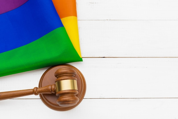 Martelletto di corte e bandiera arcobaleno. concetto di diritti gay