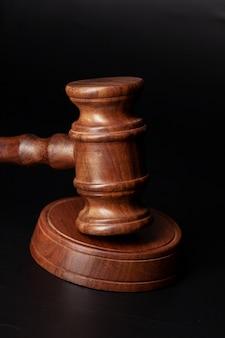 Martelletto di legno dei giudici sulla fine della tabella in su