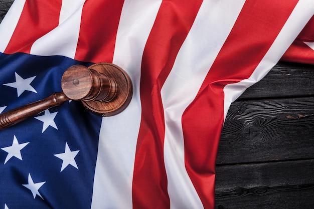 Martelletto di legno e bandiera degli sua sulla fine della tavola su