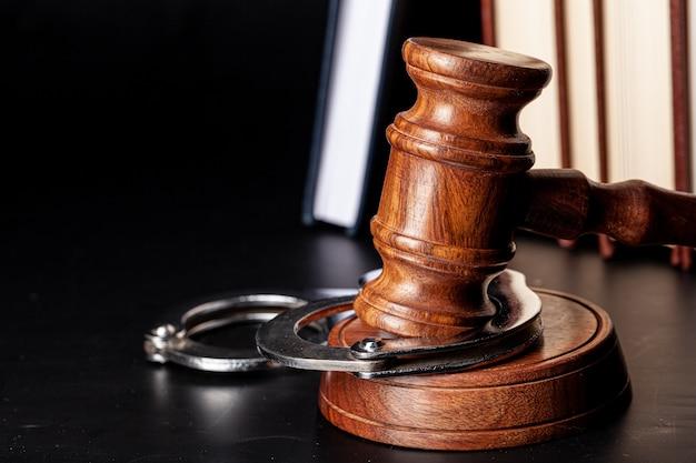 Martelletto di legno e libri giuridici da vicino