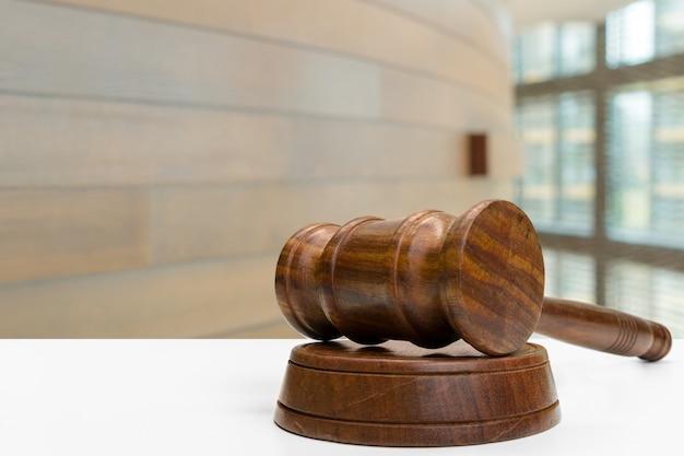 Martelletto di legno sul tavolo