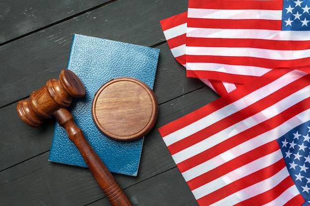 Martelletto e bandiera usa