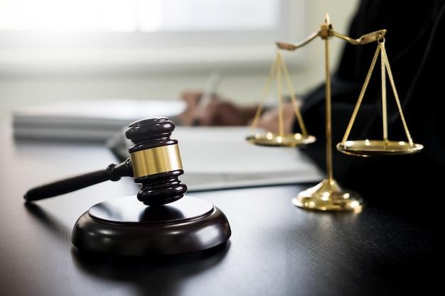 Martelletto e legge sulla bilancia della giustizia