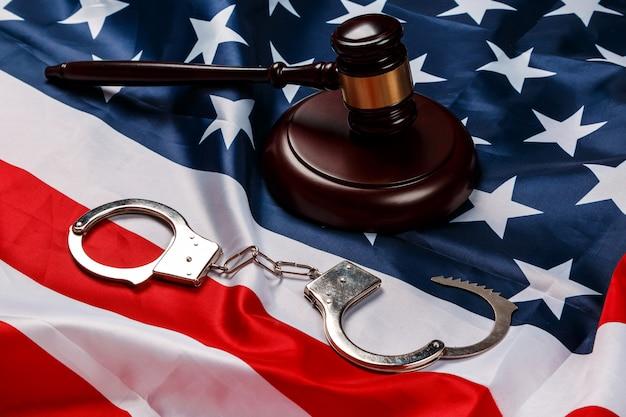 Martelletto sopra la bandiera americana