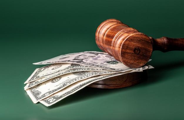 Martello di legge e una pila di soldi