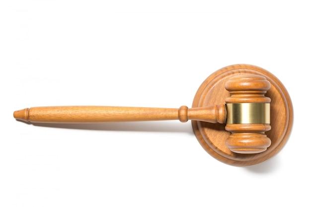 Martello di legno martelletto del giudice isolato su sfondo bianco.