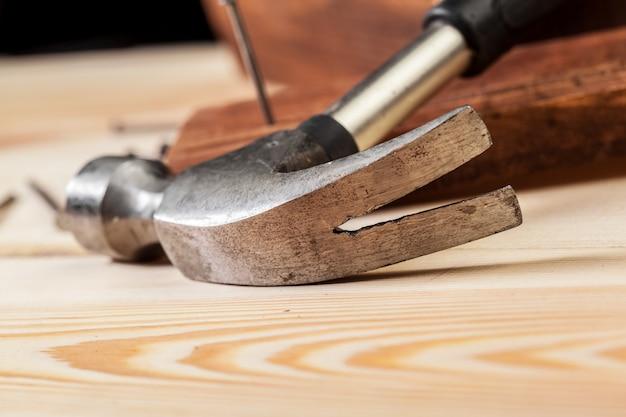 Martello e chiodi su legno