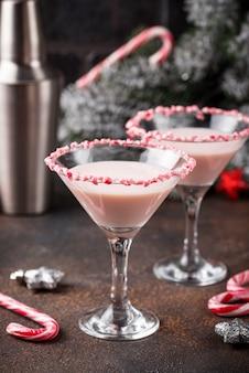 Martini alla menta piperita rosa con bordo di zucchero filato