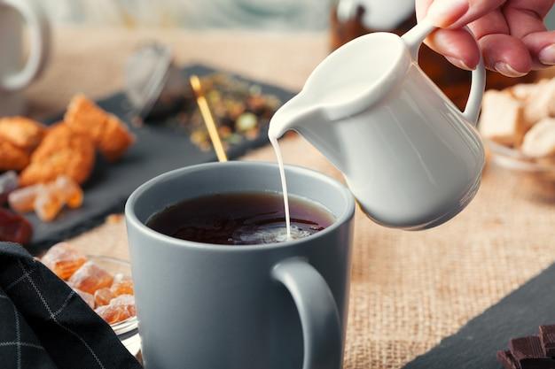 Masala chai caldo, tè al latte versato da vicino