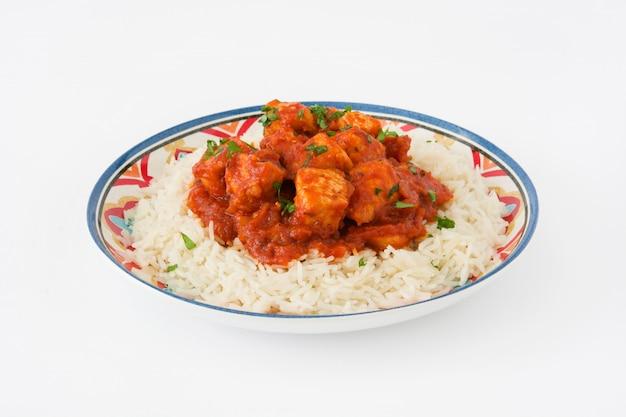 Masala di tikka del pollo con riso isolato su bianco
