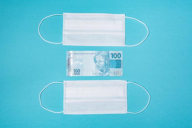 Maschera chirurgica e denaro reale brasiliano,