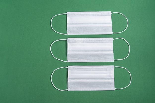 Maschera chirurgica su sfondo verde minimalista