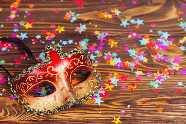 Maschera colorata e coriandoli