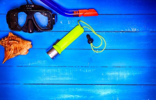 Maschera con un tubo per immersioni subacquee