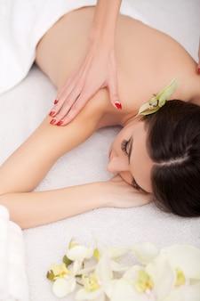 Maschera cosmetica trattata di massaggio e trattamenti per il viso nel salone di bellezza