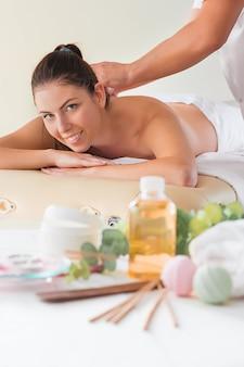 Maschera di bella donna felice nel salone di massaggio