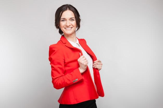 Maschera di bella donna nella condizione rossa della giacca sportiva