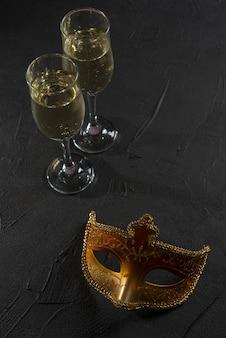 Maschera di carnevale con bicchieri di champagne
