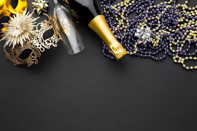 Maschera di carnevale con champagne e gioielli