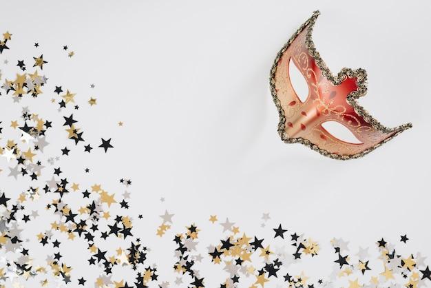 Maschera di carnevale con lustrini sul tavolo