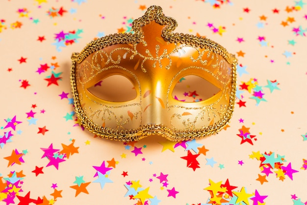 Maschera di carnevale d'oro su sfondo di stelle