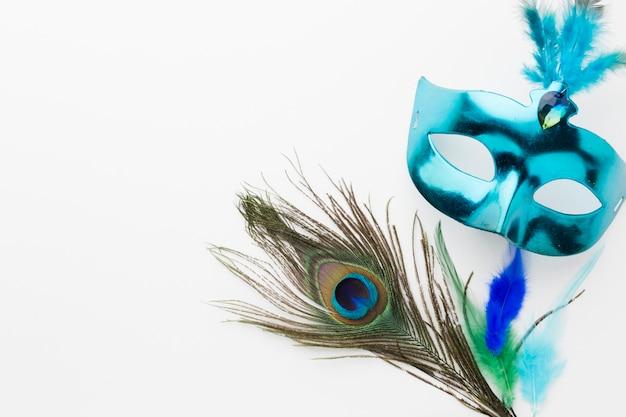 Maschera di carnevale di primo piano con piuma di pavone