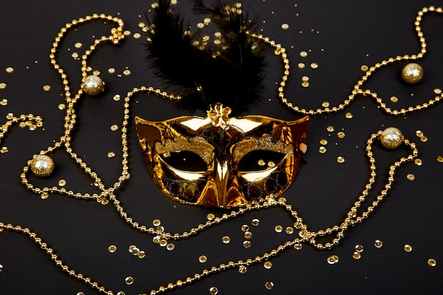 Maschera di carnevale nera e oro. vista dall'alto