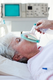 Maschera di ossigeno che riceve paziente senior
