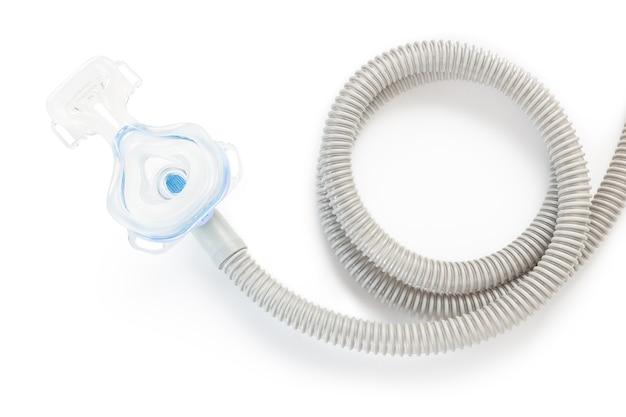 Maschera e tubo flessibile di cpap su priorità bassa bianca