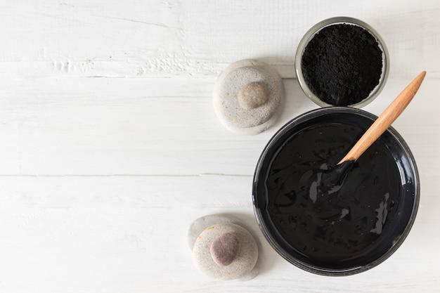 Maschera facciale e scrub fatta in casa con carbone attivo in polvere e yogurt