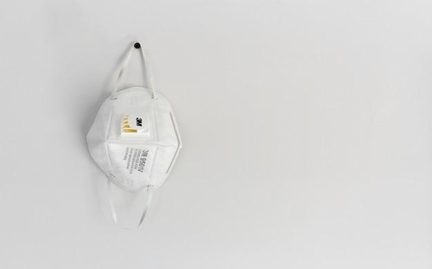 Maschera filtro aria 3m n95. dispositivi di protezione individuale sul tavolo bianco