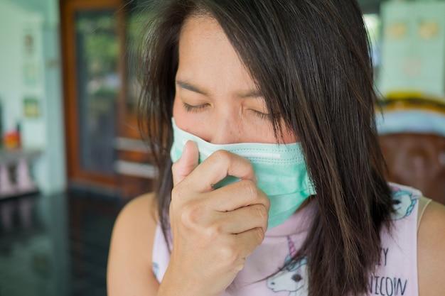 Maschera igienica, donna che indossa maschera antipolvere, ragazza malata